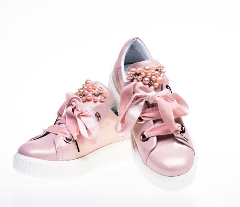 Обувь для девушек и женщин украшенных с жемчугом отбортовывает Пары бледного - розовые женские тапки с лентами бархата ультрамодн стоковые изображения rf