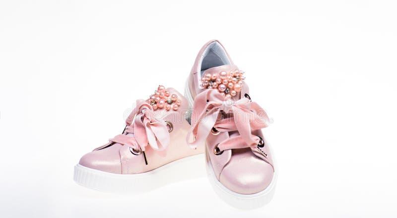 Обувь для девушек и женщин украшенных с жемчугом отбортовывает Пары бледного - розовые женские тапки с лентами бархата мило стоковое фото