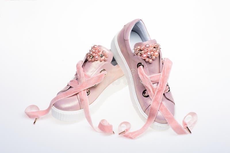 Обувь для девушек и женщин украшенных с жемчугом отбортовывает Пары бледного - розовые женские тапки с лентами бархата стоковые фотографии rf