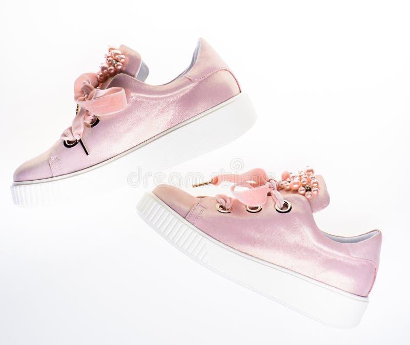 Обувь для девушек и женщин украшенных с жемчугом отбортовывает Ультрамодная концепция тапок Пары бледного - розовые женские тапки стоковые изображения rf