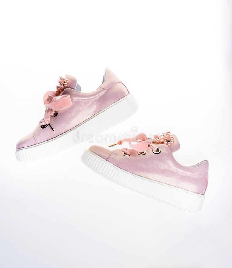 Обувь для девушек и женщин украшенных с жемчугом отбортовывает Ультрамодная концепция тапок Милые ботинки на белизне стоковое фото rf