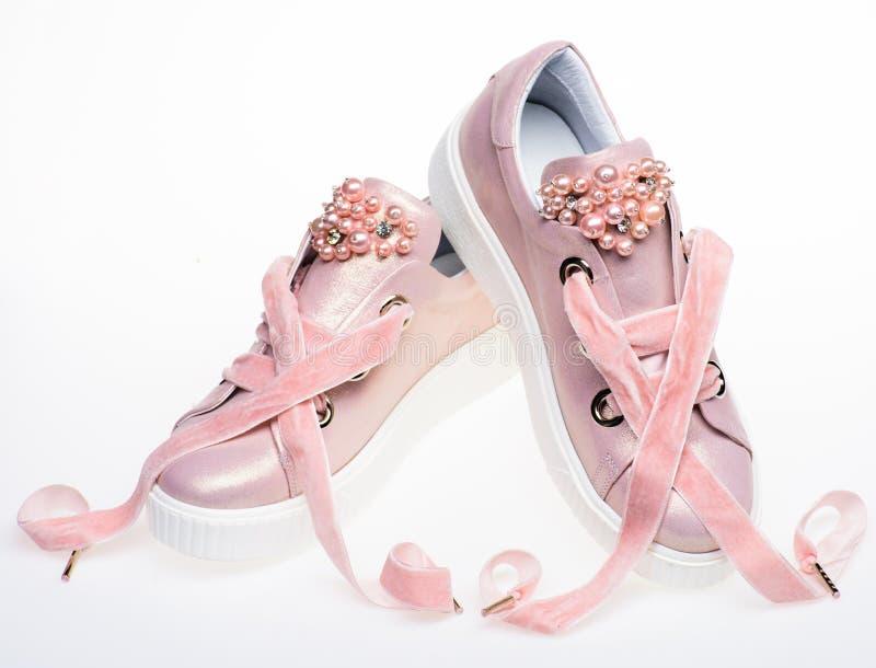 Обувь для девушек и женщин украшенных с жемчугом отбортовывает Концепция женственности Пары бледного - розовые женские тапки с стоковые фотографии rf