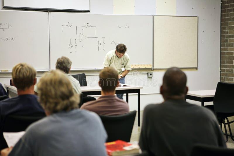 обучение взрослых электрическое стоковое изображение rf