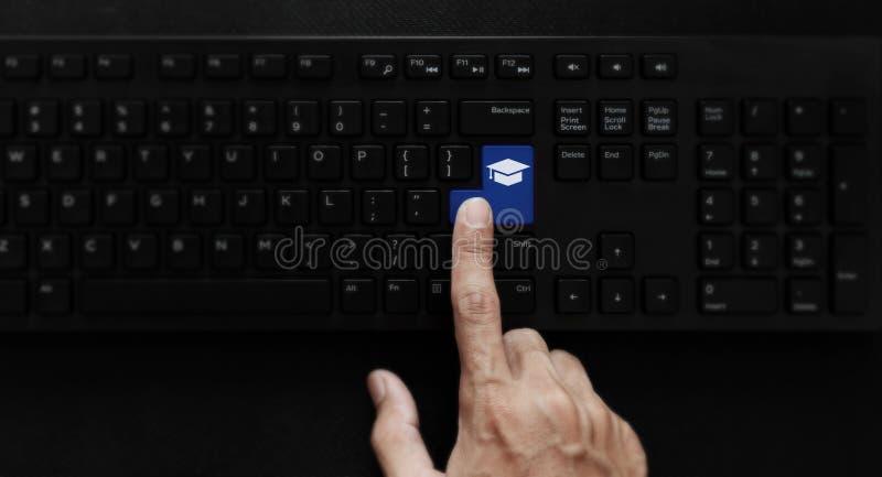 Обучение по Интернету, онлайн образование и онлайн изучая курс Значок образования отжимать руки на клавиатуре компьютера стоковое фото rf