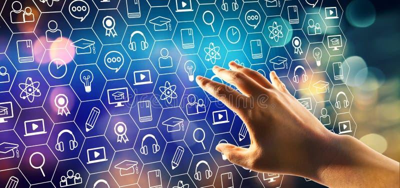 Обучение по Интернету с отжимать руки кнопка стоковые фото