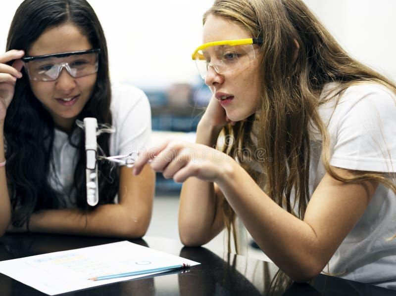 Обучите подруг уча науку в классе лаборатории стоковые изображения