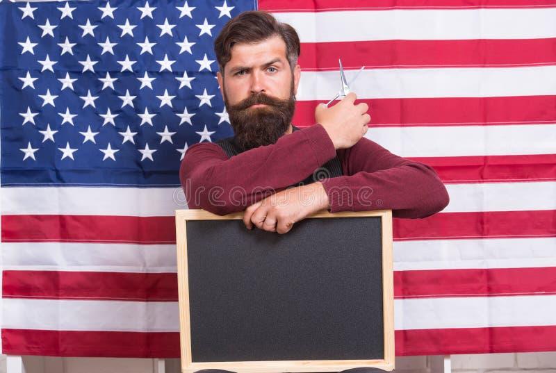 Обучите самое лучшее в barbering Бородатый человек держа ножницы и классн классный в школе Парикмахерские услуги хипстера уча дал стоковое фото rf