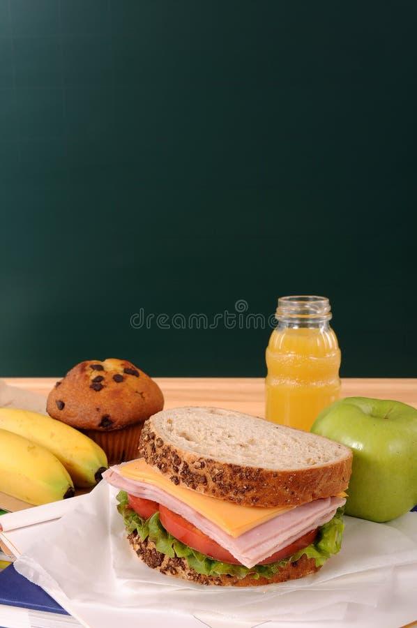 Обучите упакованный сандвич обеда, яблоко, питье с классн классным, космосом экземпляра, вертикальным стоковые изображения