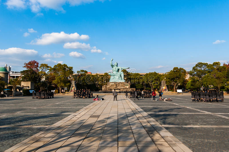 Обучите фото будучи приниманным перед статуей мира в Nagasa стоковое изображение rf