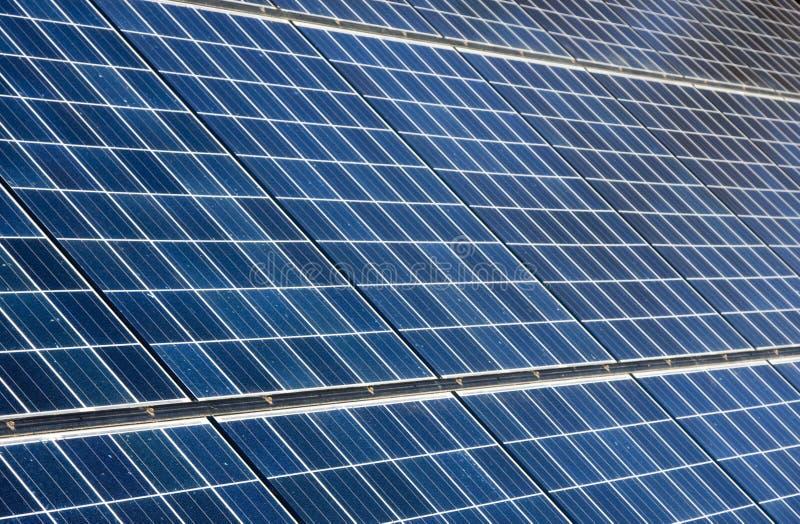 обшивает панелями фотовольтайческое солнечное стоковые изображения rf