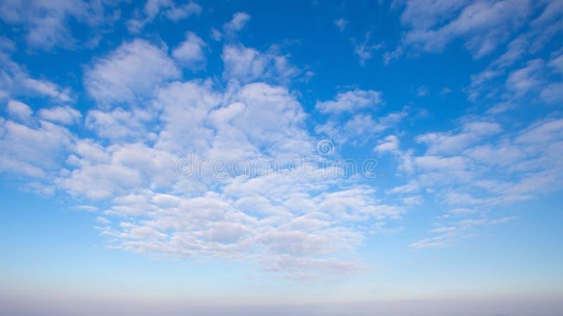 Обширная голубого предпосылка неба и неба облаков стоковые фотографии rf