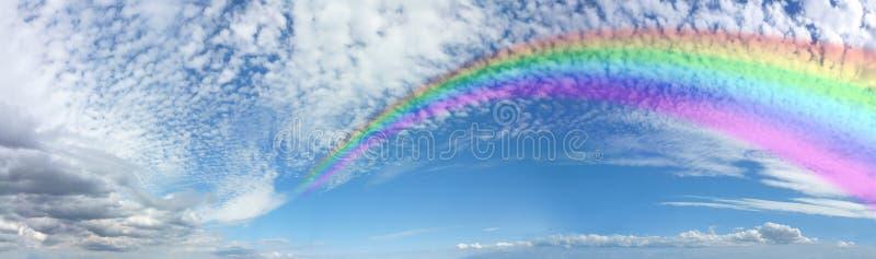Обширная панорама радуги на небе Cloudscape скумбрии голубом стоковое фото rf