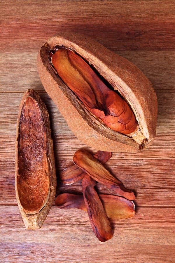 Обширное семя mahogany лист на деревянной таблице стоковая фотография rf