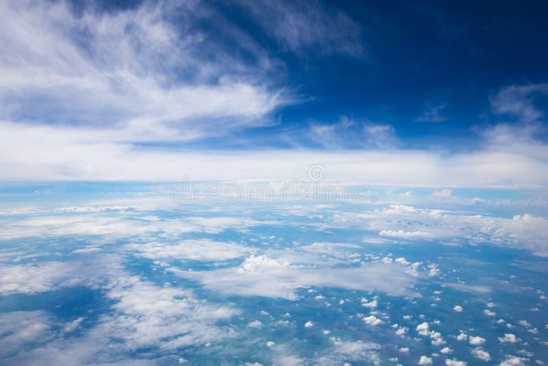 Обширный пасмурной и bluesky предпосылки Взгляд от самолета стоковая фотография rf