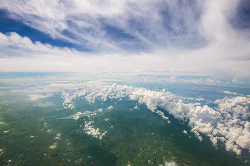 Обширный предпосылки земли, пасмурных и bluesky стоковое фото rf