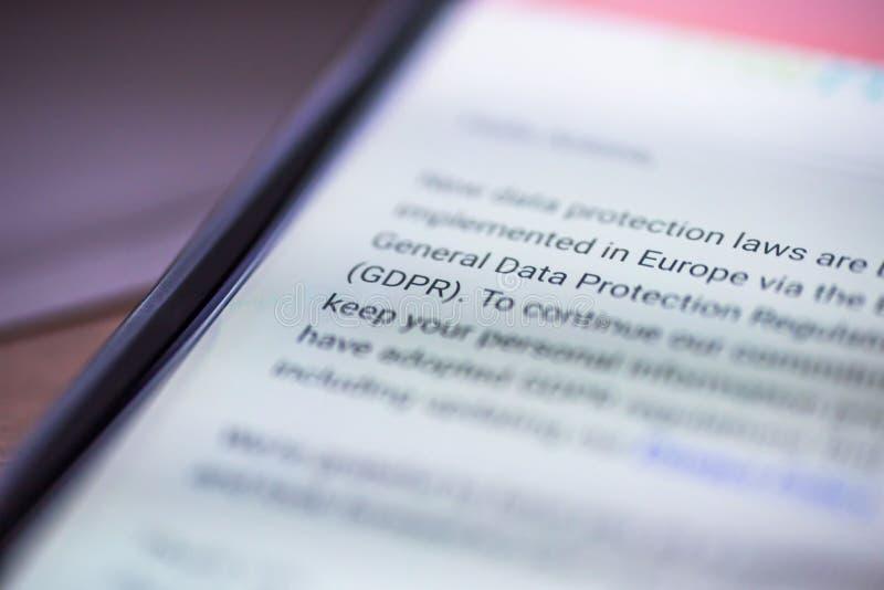 Общая регулировка защиты данных - сообщение smartphone крупного плана с текстом GDPR стоковое фото