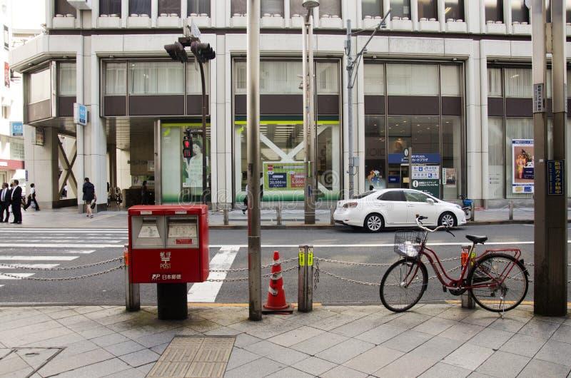 Общественная коробка столба на тропе около дороги движения для пользы людей на стоковые фотографии rf