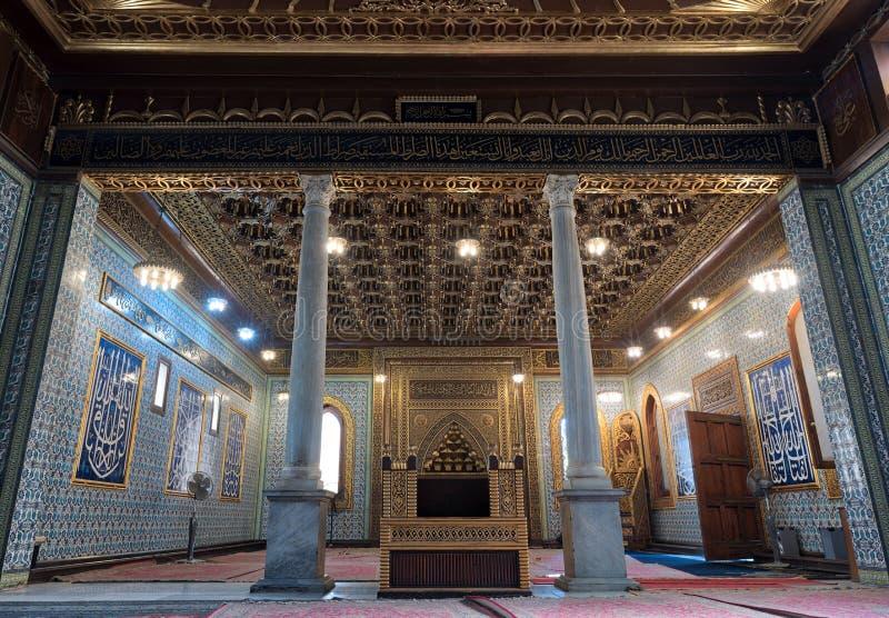Общественная мечеть дворца Manial принца Мухаммеда Али Tewfik с деревянными золотыми богато украшенными потолками, Каира, Египта стоковое фото