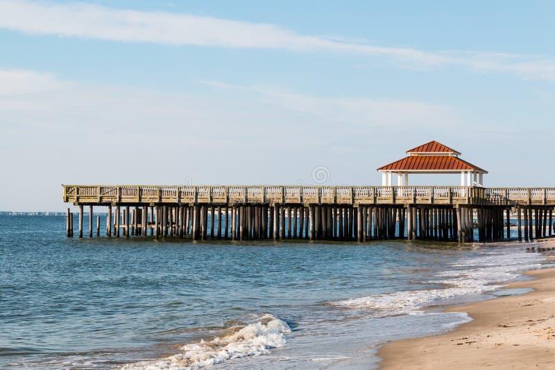 Общественная пристань просмотра на пляже Buckroe в Hampton, VA стоковое фото rf