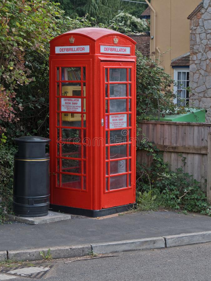 Общественное оборудование дефибрилляции в деревне Великобритании Девона стоковые фотографии rf