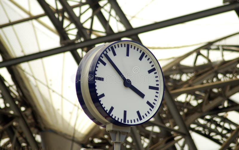 Общественные винтажные часы на железнодорожной станции стоковые фото
