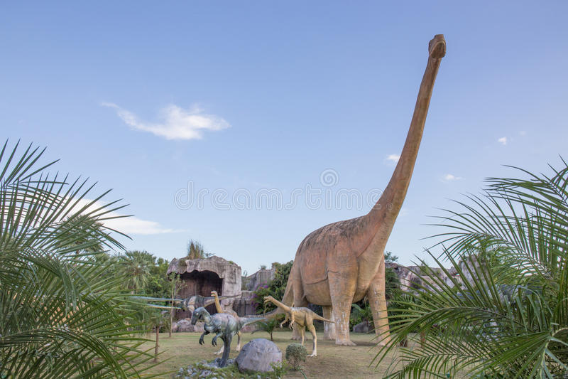 Общественные парки статуй и динозавра в KHONKEAN, ТАИЛАНДА стоковые изображения rf