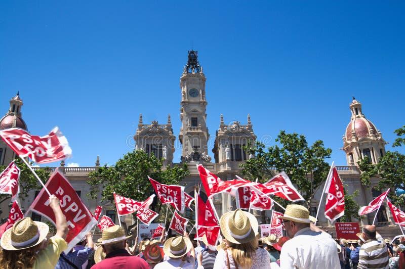 Общественные развевая флаги партии во время ралли PSOE в Валенсия стоковое изображение rf