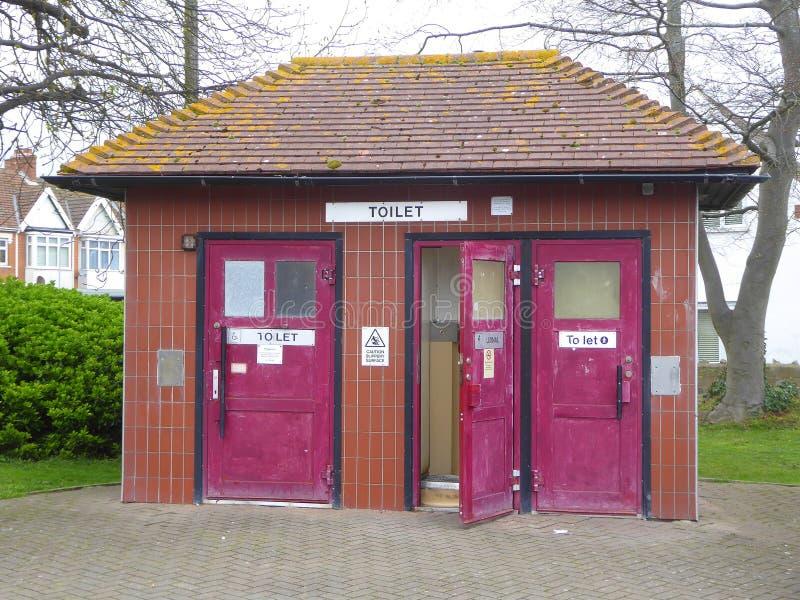 Общественные туалеты с фиолетовыми дверями стоковое фото rf