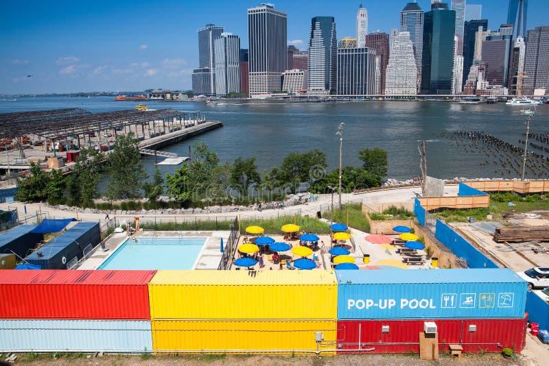 Общественный бассейн перед небоскребами в Манхаттане стоковое изображение rf