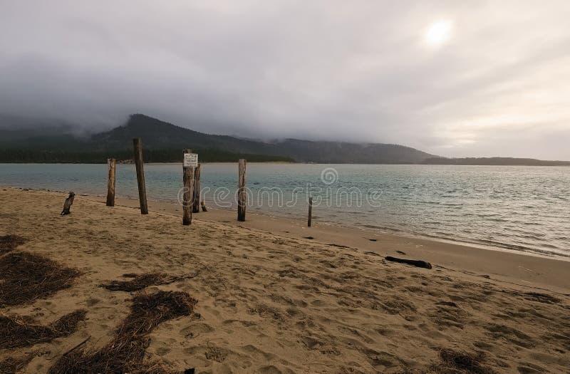 Общественный доступ пляжа на озере песк стоковые фото