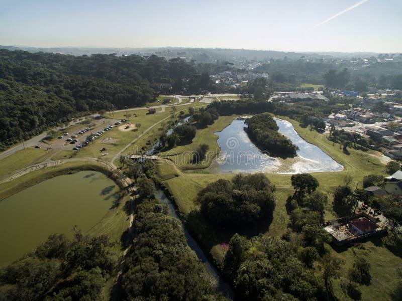 Общественный парк в Curitiba, Parana, Бразилии Парк Tingui вида с воздуха стоковое фото