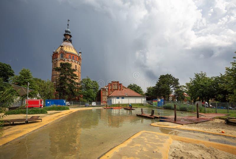 Общественный парк и спортивная площадка для детей перед старой водонапорной башней Wasserturm после строгой грозы вена Австралии стоковые изображения rf