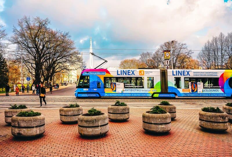 Общественный трамвай в улице Риги стоковая фотография