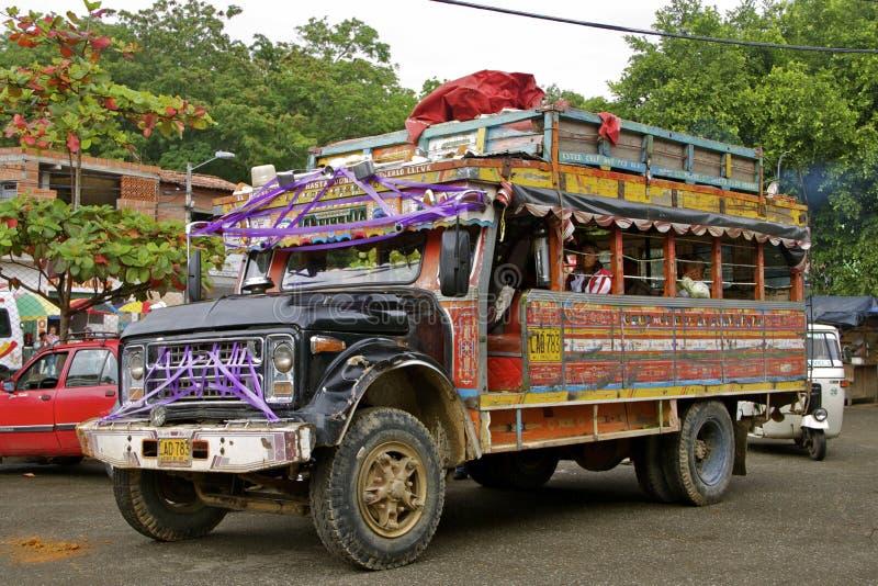 Общественный транспорт, цветастая шина, Колумбия стоковое изображение