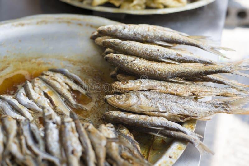 Общие зажаренные рынки закусок вечером и стойлы обочины в Китае обыкновенно как рыбы dipstick Рыба, которая живет в fr стоковые изображения rf