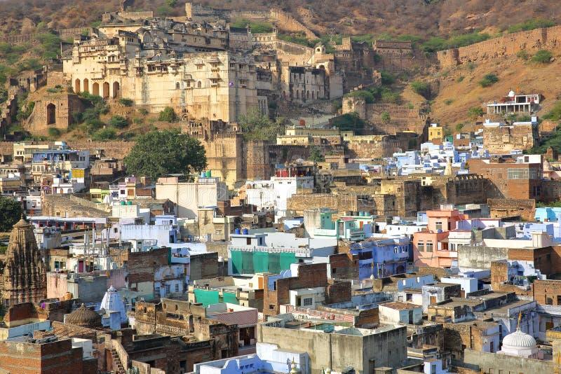 Общий вид городка Bundi старого с дворцом Garh Bundi на заднем плане, Bundi, Раджастхан, Индия стоковая фотография rf