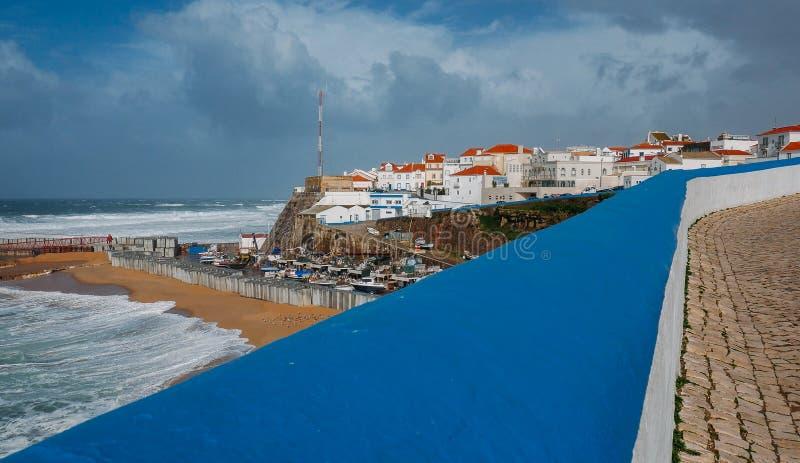Общий вид пляжа Ericeira и домов под пасмурным небом зимы, Португалии стоковая фотография