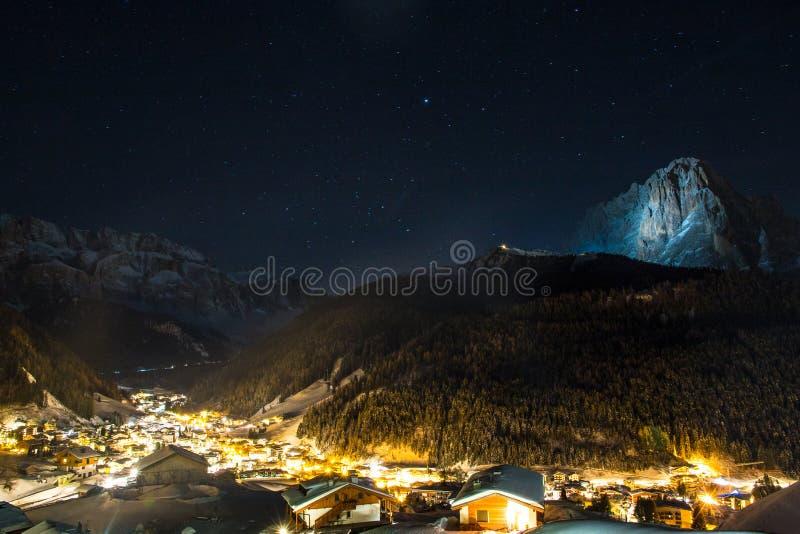 Общий вид сельвы с горами группы Sella на левой стороне и горой Sassolungo на праве на заднем плане, Val Garde стоковая фотография
