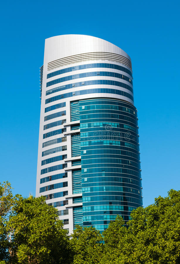Общий вид современного здания в Шардже стоковая фотография rf