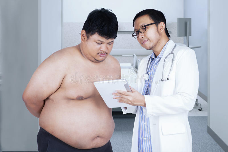 Общий доктор говоря результат теста стоковые изображения rf