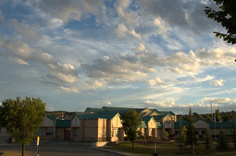Общинная школа под светом захода солнца стоковое фото