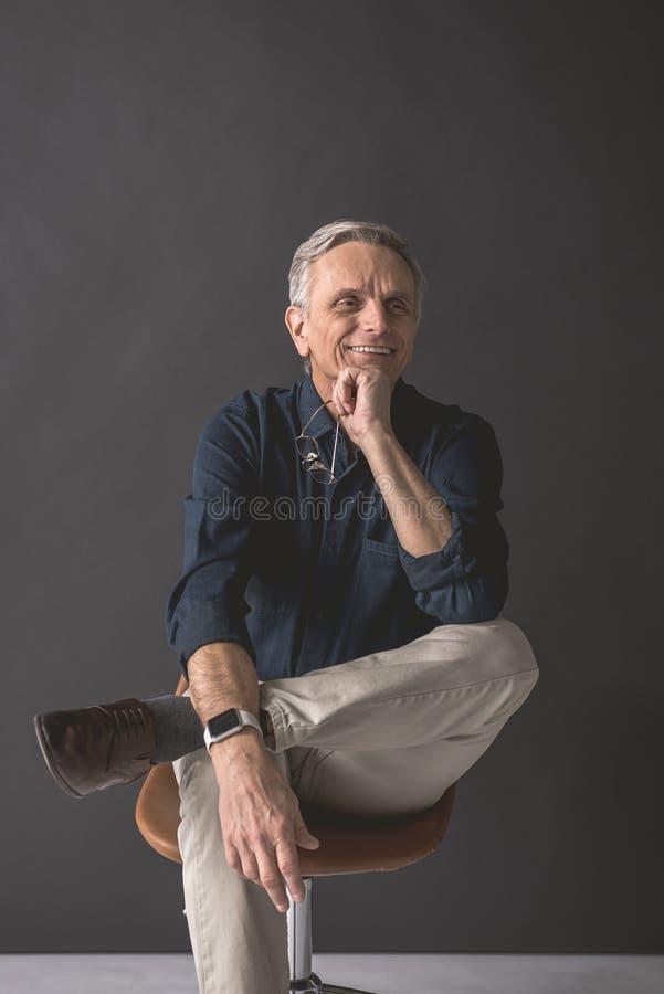 Общительный выбудьте мужчины держа зрелища в руке стоковое изображение rf