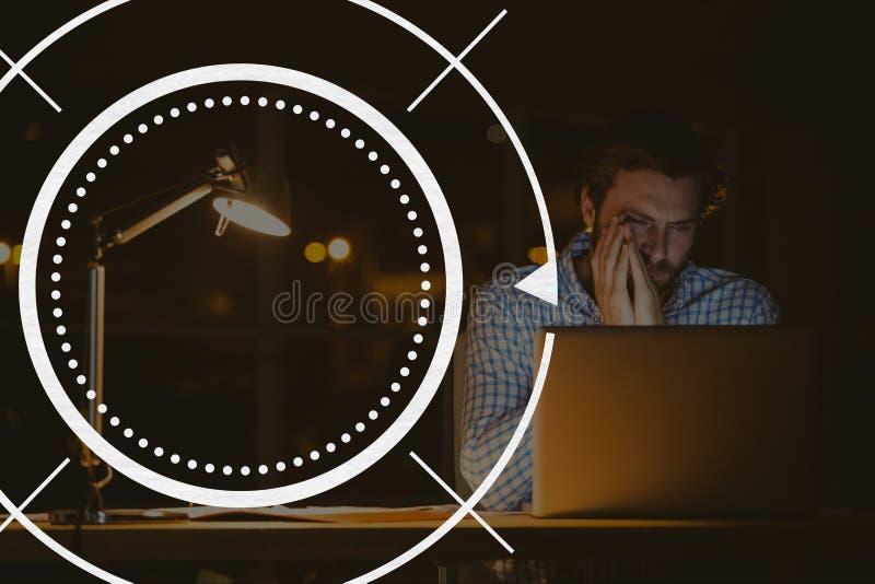 Объезжайте значок против человека используя фото компьютера стоковая фотография rf