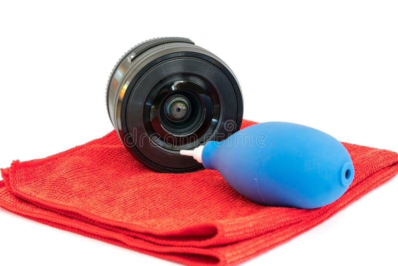 Объектив, ткань microfiber и воздуходувка пыли изолированные на белой предпосылке Чистка оборудования фотографии стоковое изображение rf