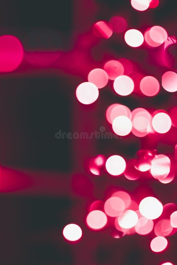 Объектив Bokeh светов рождества на красном дереве стоковое фото rf