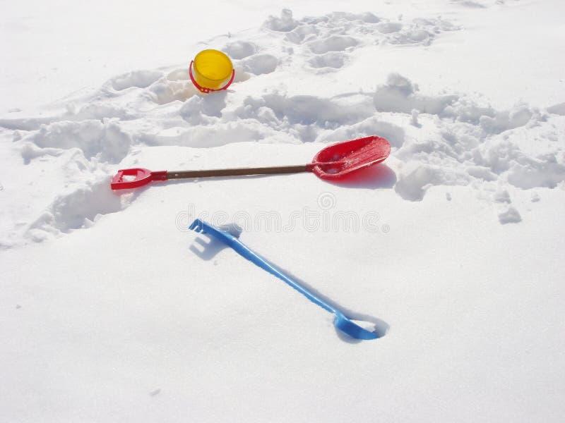 Объекты игры зимы детей Ведро, грабл и лопаткоулавливатель на снеге стоковые изображения rf