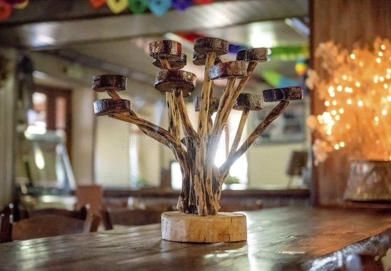 Объекты искусства украшения Ручной работы деревянный держатель для свечи на таблице стоковое изображение