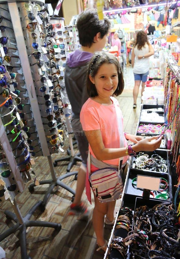 Объект покупки маленькой девочки стоковое изображение