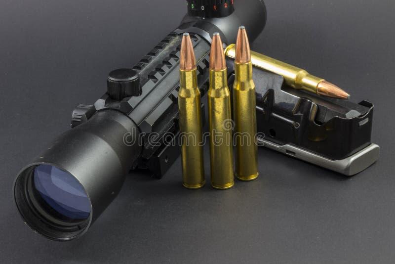 Объем винтовки, боеприпасы и зажим стоковое фото rf