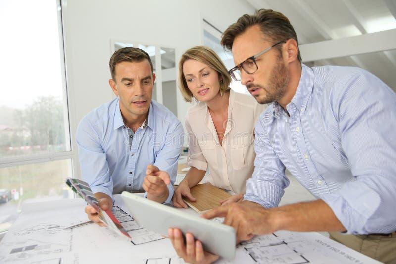 Объединяйтесь в команду архитекторы pf встречая и обсуждая новые дизайны стоковые фото